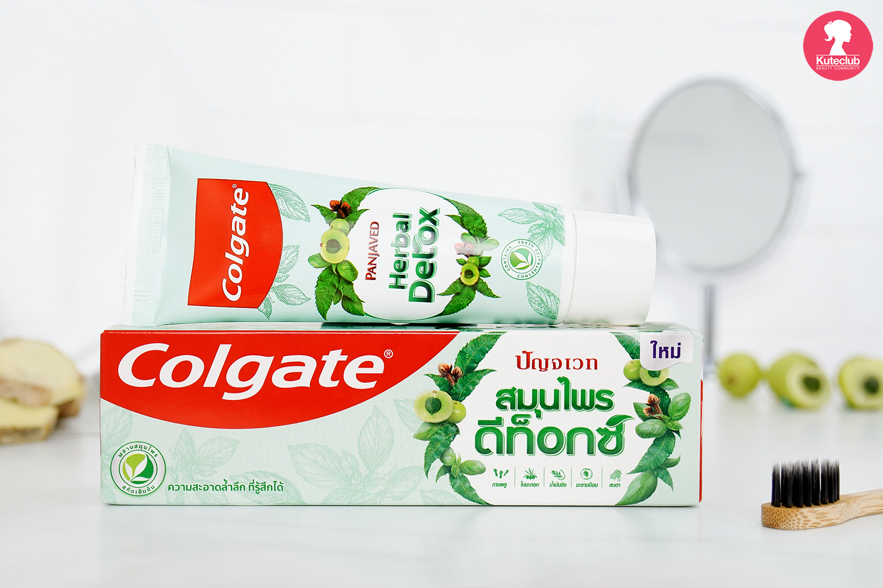 ยาสีฟัน คอลเกจ สมุนไพร ดีท็อกซ์ ในห้องน้ำ พร้อมใช้ ดูทันสมัย แพ็กเกจสีเขียวอ่อน น่าใช้ เพื่อลดปัญหากลิ่นปาก