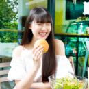 ผู้หญิงรุ่นใหม่ กำลังเอ็นจอย มื้ออาหาร เพื่อสุขภาพที่ดี
