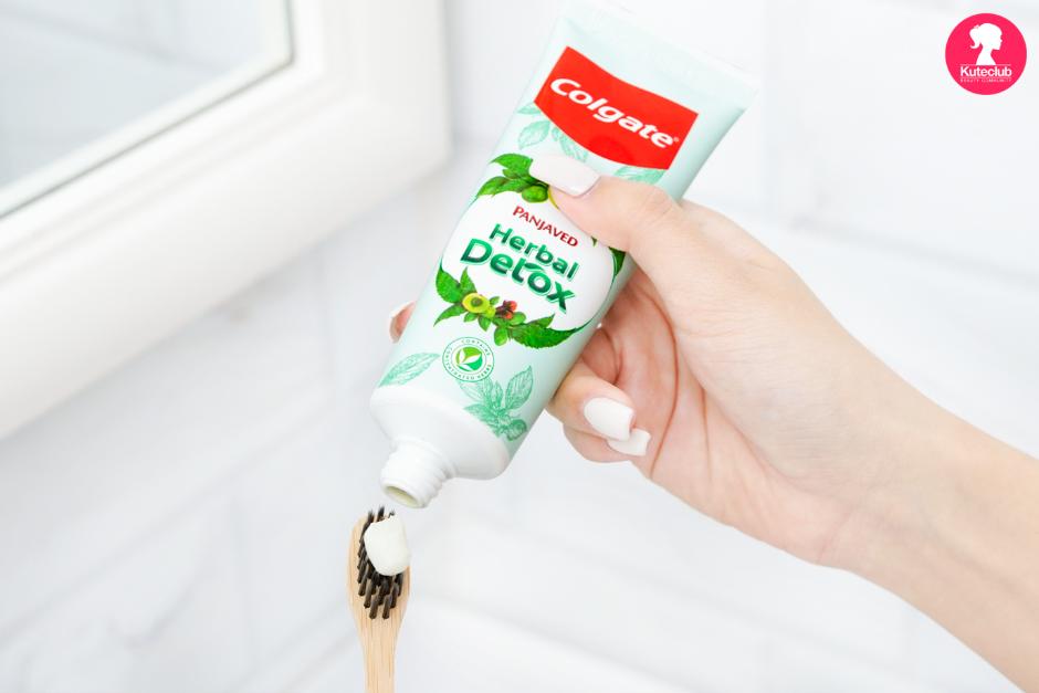 ยาสีฟัน คอลเกต สมุนไพร ดีท็อกซ์ ใช้ในบริมาณน้อย แต่ให้ประสิทธิภาพจากสมุนไพร ธรรมชาติ 5 ชนิด อย่างเต็มที่ เพื่อปากรู้สึกสะอาด ลมหายใจสดชื่น